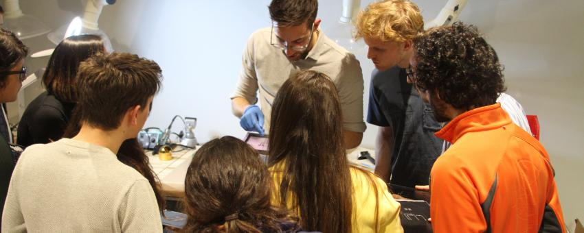 Steven Nagels leads a workshop on wearable silicon devices in HAL Studio, March 2019